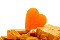 Kandierte Fruchtgeleeaprikose in Form von Herzen auf lokalisiertem Hintergrund Stockfotografie