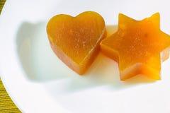 Kandierte Fruchtgeleeaprikose in Form von Herzen und Davidsstern Stockfotos