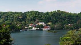 Kandy湖和地标在斯里兰卡时间间隔的寺庙视图 股票录像