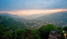 Kandy nevoento, Sri Lanka no nascer do sol imagem de stock