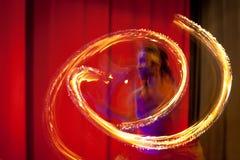 Bailarín srilanqués con las líneas de fuego Imágenes de archivo libres de regalías
