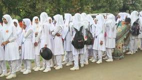KANDY, SRI LANKA - FÉVRIER 2014 : Filles musulmanes d'école se tenant dans la ligne dans le jardin botanique à Kandy banque de vidéos