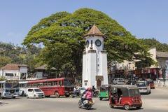 Kandy, Sri Lanka - 12 febbraio 2017: Traffico cittadino, torre di orologio Fotografia Stock