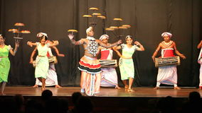 KANDY, SRI LANKA - FEBRERO DE 2014: Funcionamiento de la danza de Kandyan cerca del templo del diente Las danzas tradicionales de almacen de video