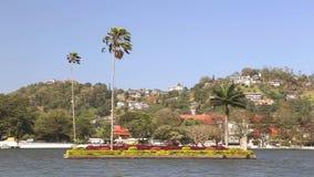 KANDY, SRI LANKA - FEBRUAR 2014: Ansicht über den Kandy See Kandy See ist im Herzen der Hügelstadt, die im Jahre 1807 von König S stock footage