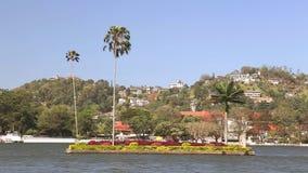 KANDY, SRI LANKA - FEBRUAR 2014: Ansicht über den Kandy See Kandy See ist im Herzen der Hügelstadt, die im Jahre 1807 von König S stock video