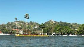 KANDY, SRI LANKA - FEBRUAR 2014: Ansicht von Kandy See und von Buddha-Statue auf Hügel stock footage
