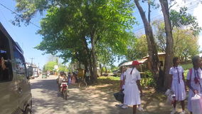 KANDY, SRI LANKA - FEBRUAR 2014: Ansicht von Kandy-Verkehr von einem beweglichen Auto Kandy ist eine bedeutende Stadt in Sri Lank stock footage