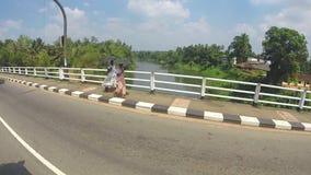 KANDY, SRI LANKA - FEBRUAR 2014: Ansicht von Kandy-Verkehr von einem beweglichen Auto Kandy ist eine bedeutende Stadt in Sri Lank stock video