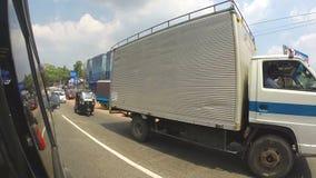 KANDY, SRI LANKA - FEBRUAR 2014: Ansicht von Kandy-Verkehr von einem beweglichen Auto Kandy ist eine bedeutende Stadt in Sri Lank stock video footage