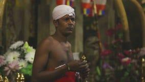 KANDY, SRI LANKA - FEBRUAR 2014: Ausführender, der eine traditionelle Flöte am Tempel des Zahnes spielt stock video footage