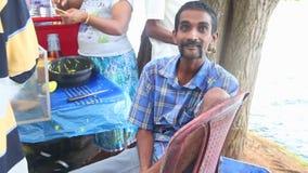 KANDY, SRI LANKA - FEBRUAR 2014: Bemannen Sie das Einsetzen seines Beines hinter seinen Kopf nahe dem Tempel des Zahnes in Kandy stock footage