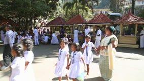 KANDY, SRI LANKA - FEBRUAR 2014: Die Einheimischen und die Schulkinder, die vorbei auf die Straße in Kandy überschreiten Kandy is stock video footage