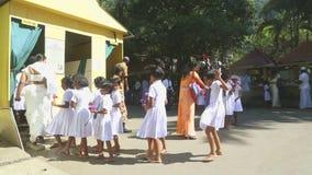 KANDY, SRI LANKA - FEBRUAR 2014: Einheimische und Schulkinder, die den Tempel des Zahnes in Kandy anmelden Kandy ist eine bedeute stock footage