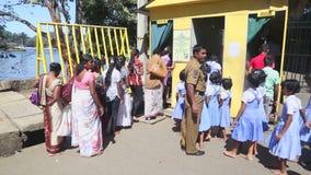 KANDY, SRI LANKA - FEBRUAR 2014: Einheimische und Schulkinder, die den Tempel des Zahnes in Kandy anmelden Kandy ist eine bedeute stock video footage