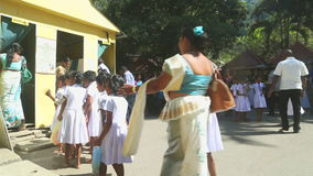 KANDY, SRI LANKA - FEBRUAR 2014: Einheimische und Schulkinder, die den Tempel des Zahnes in Kandy anmelden Kandy ist eine bedeute stock video