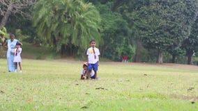 KANDY, SRI LANKA - FEBRUAR 2014: Kinder Sri Lankan in der Schuluniform, die in den botanischen Gärten spielt Alle Kinder sind erf stock footage