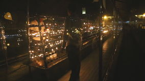 KANDY, SRI LANKA - FEBRUAR 2014: Leute, die Kerzen im Tempel des Zahnes, ein buddhistischer Tempel gelegen im königlichen palac b stock footage