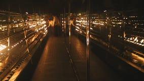 KANDY, SRI LANKA - FEBRUAR 2014: Leute, die Kerzen im Tempel des Zahnes, ein buddhistischer Tempel gelegen im königlichen palac b stock video