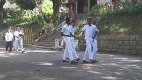 KANDY, SRI LANKA - FEBRUAR 2014: Leute, die nahe dem Tempel des Zahnes in Kandy überschreiten Kandy ist eine bedeutende Stadt in  stock video footage