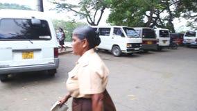 KANDY, SRI LANKA - FEBRUAR 2014: Lokale Frau auf der Straße nahe dem Tempel des Zahnes in Kandy Kandy ist eine bedeutende Stadt i stock video