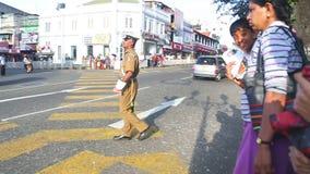 KANDY, SRI LANKA - FEBRUAR 2014: Lokaler Polizist, der an der Straße in Kandy arbeitet Kandy ist eine bedeutende Stadt in Sri Lan stock video