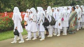 KANDY, SRI LANKA - FEBRUAR 2014: Moslemisches Schulmädchenschlangestehen im botanischen Garten in Kandy stock video