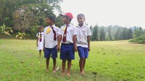 KANDY, SRI LANKA - FEBRUAR 2014: Porträt von Kindern Sri Lankan in der Schuluniform, die in den botanischen Gärten spielt Alle Ki stock video footage