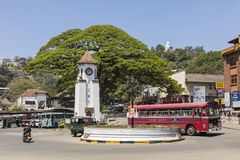 Kandy, Sri Lanka - 12. Februar 2017: Stadtverkehr in Kandy, Sri Lanka Lizenzfreies Stockfoto