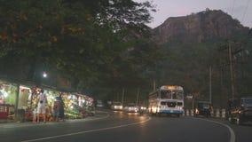 KANDY, SRI LANKA - FEBRUAR 2014: Straße nach Kandy mit vielen Straßenställen und starken Verkehr am Abend stock video footage