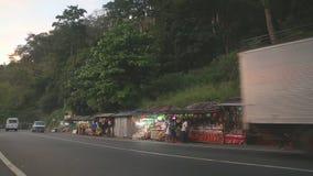 KANDY, SRI LANKA - FEBRUAR 2014: Straße nach Kandy mit vielen Straßenställen und starken Verkehr am Abend stock footage
