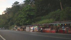 KANDY, SRI LANKA - FEBRUAR 2014: Straße nach Kandy mit vielen Straßenställen und starken Verkehr am Abend stock video