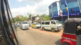 KANDY, SRI LANKA - FEBRUAR 2014: Timelapse von Kandy-Verkehr von einem beweglichen Auto Kandy ist eine bedeutende Stadt in Sri La stock footage