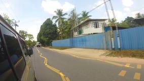 KANDY, SRI LANKA - FEBRUAR 2014: Timelapse von Kandy-Verkehr von einem beweglichen Auto Kandy ist eine bedeutende Stadt in Sri La stock video footage
