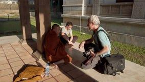 Kandy, Sri Lanka - 09-03-24 - fot?grafo que fala ? monge do lado filme