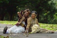 Kandy, Sri Lanka, le 10 novembre 2015 : Jeunes mariés portant la robe traditionnelle Photo stock
