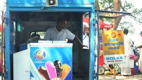 KANDY SRI LANKA, LUTY, - 2014: Widok lokalny lody sprzedawca, policjant przy wejściem świątynia w Kandy i zbiory wideo