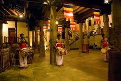 KANDY, SRI LANKA - 15 MAGGIO: Tre batteristi battono il loro durin dei tamburi fotografia stock