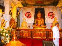 Kandy Sri Lanka - Maj 02, 2009: Tempel av den sakrala tandreliken Arkivfoton