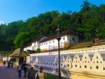 Kandy Sri Lanka - Maj 02, 2009: Tempel av den sakrala tandreliken Royaltyfri Foto