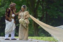 Kandy, Sri Lanka, o 10 de novembro de 2015: Noivos que vestem o vestido tradicional Fotos de Stock Royalty Free