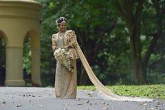 Kandy, Sri Lanka, o 10 de novembro de 2015: Noivos que vestem o vestido tradicional Imagem de Stock