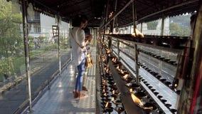 Kandy, Sri Lanka - 09-03-24 - pares ilumina a vela na sala da vela video estoque