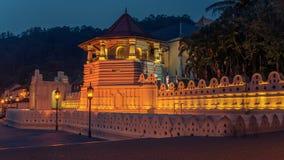 Kandy Sri Lanka: Tempel av tanden på natten Royaltyfri Bild