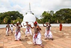 Kandyan dans i Anuradhapura, Sri Lanka Arkivbild