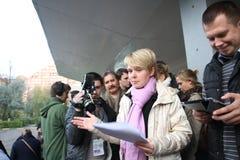 Kandydat dla mayor Khimki lider opozycji Yevgenia Chirikova i jej kierowniczy pięcioliniowy Nikolai Laskin komunikuje z prasy ou Zdjęcie Royalty Free
