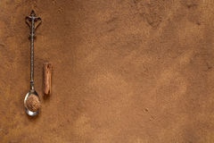 Kaneel enige stok met poeder en uitstekend bestek Stock Fotografie