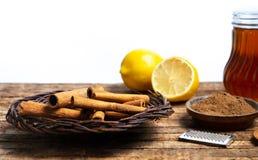 Kaneel met droge citroen op houten lijst stock fotografie