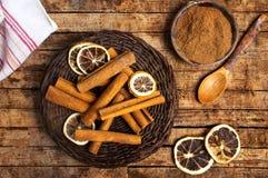 Kaneel met droge citroen op houten lijst stock afbeelding