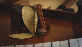 Kaneel, notemuskaat en baai de bladeren met een plattelander voelen royalty-vrije stock afbeeldingen